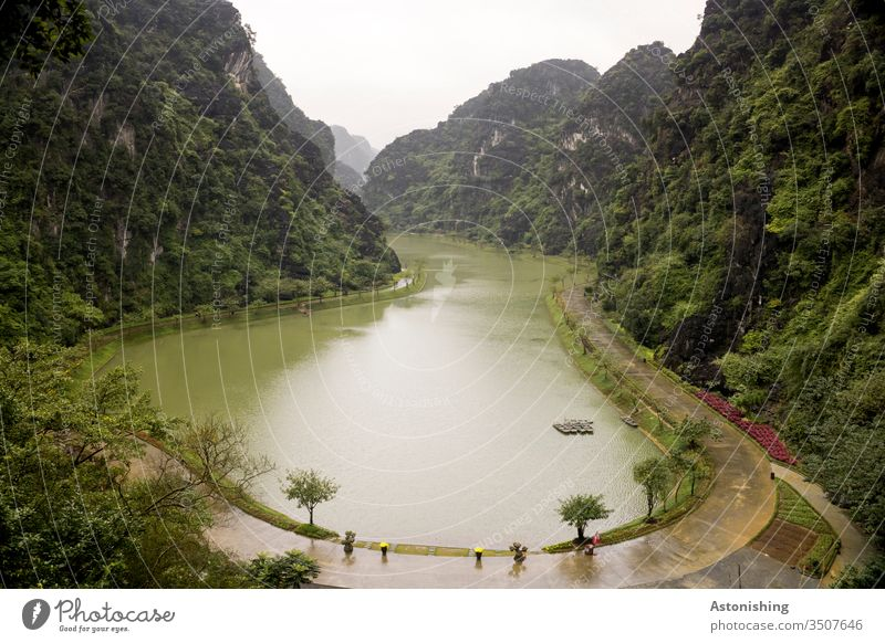 See Tuyet Tinh Coc bei Ninh Binh, Vietnam Natur Landschaft Berge steil grün Wasser Weg Rundweg Tal Asien Außenaufnahme Ferien & Urlaub & Reisen Kultur asiatisch