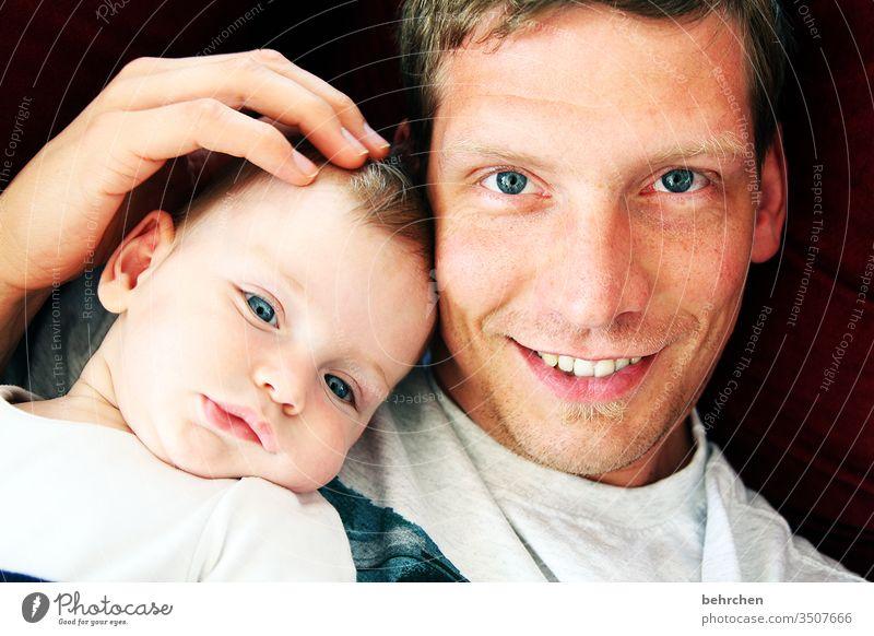<3 Gute Laune Fröhlichkeit fröhlich glücklich Glück lachen Lächeln Sicherheit Schutz Kuscheln Baby Licht Tag Porträt Farbfoto Innenaufnahme Nahaufnahme Sohn