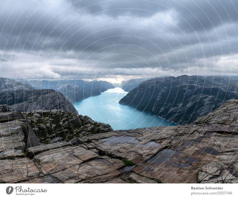 Der Preikestolen am Abend in Norwegen Außenaufnahme Farbfoto Fjord Felsen Berge u. Gebirge wandern Sonnenuntergang Himmel Natur Umwelt Wolken Sonnenaufgang