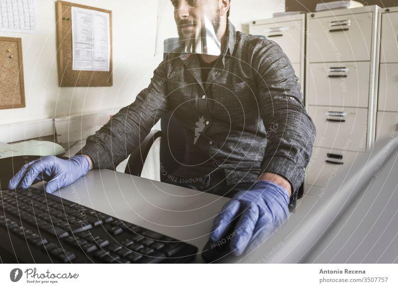 Büroangestellte mit Plastikschutzschirm bei der Arbeit am Computer Mann Coronavirus Mundschutz Allergie Arbeiter Aktenordner wirklich Menschen attraktiv Maus