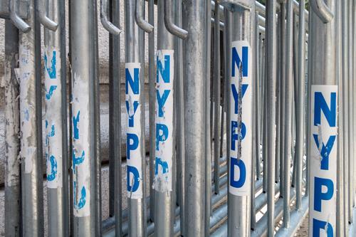 Metall-Blockiertore der NYPD-Polizei in einer montagefertigen Reihe Menge Parade Konstruktion Barriere Sicherheit Begrenzung verboten urban Transport