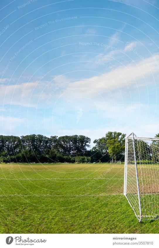 amerikanischer Fußball, europäischer Fußball, Feld mit Netz und grünem Gras Fußballfeld Wettkampfsport Rasen texturiert Muster Textur Sport Mitglied Linie Farbe