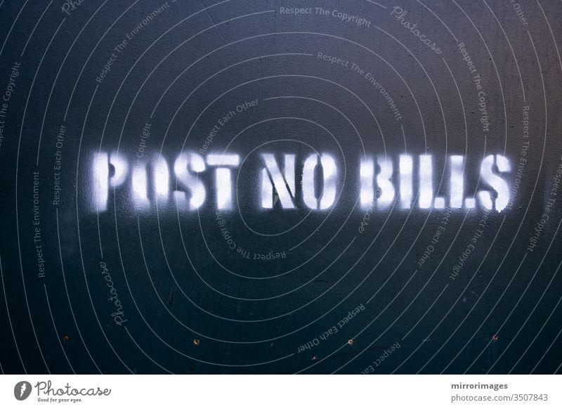 Baubereich mit gespritztem Text mit der Aufschrift Post No Bills Baugebiet gesprühter Text Keine Rechnungen einstellen Kontruktionssehen Hintergrund