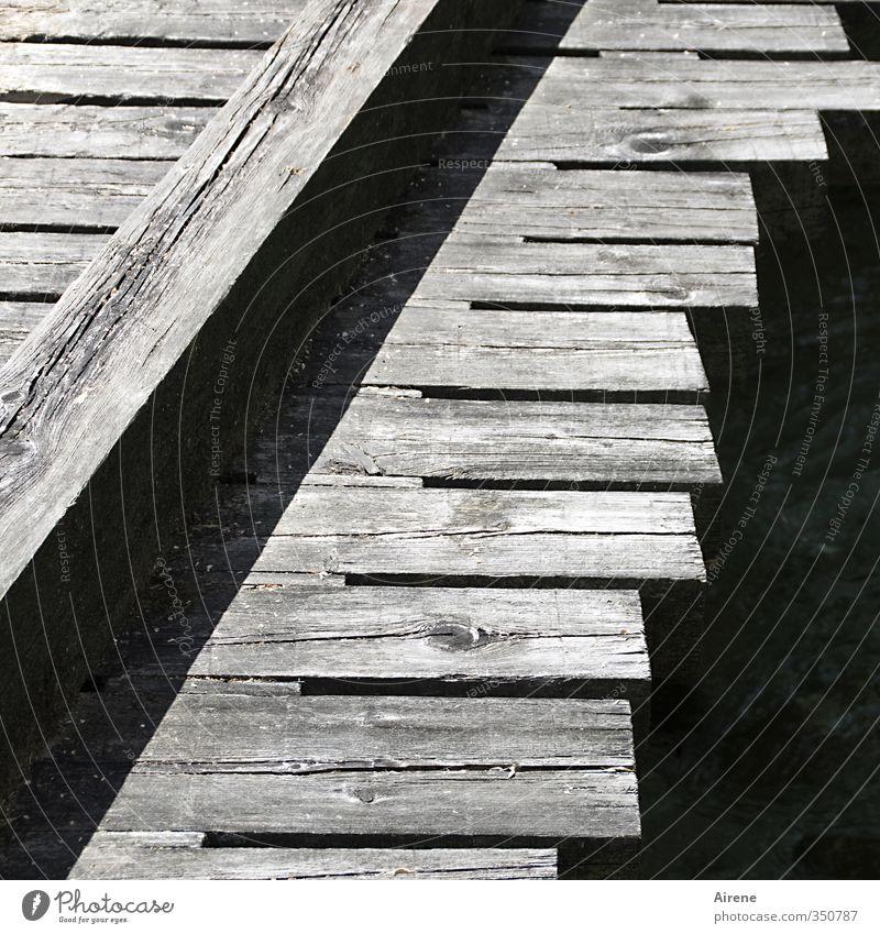 Grobschnitt Bach Menschenleer Brücke Steg Verkehrswege Wege & Pfade Holz Linie Streifen einfach natürlich grau schwarz weiß Zusammenhalt Holzgestell Holzbrücke