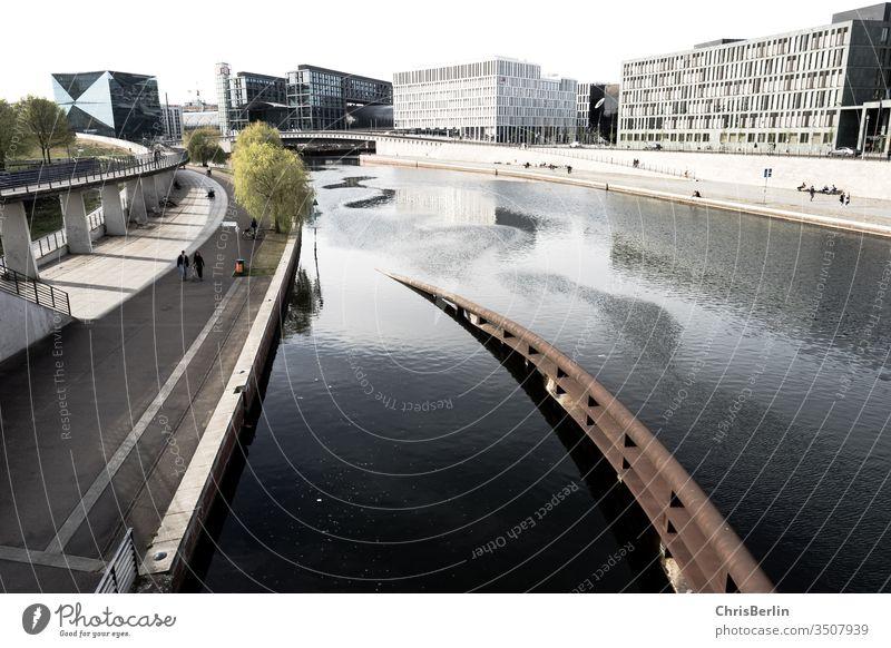 Das Spree-Ufer in Berlin zu Corona-Zeiten Leere Frühling weiter Blick Häuser Wasser Brücke Architektur Hauptstadt Fluss Deutschland Stadt Außenaufnahme