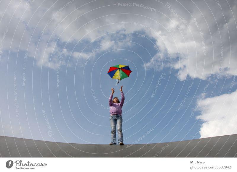 Regenbogenschirm Regenschirm werfen fangen bunt regenbogenfarben Himmel Wolken Spielen Freizeit & Hobby Bewegung Freiheit selbstbewußt Coolness Sturm Wind