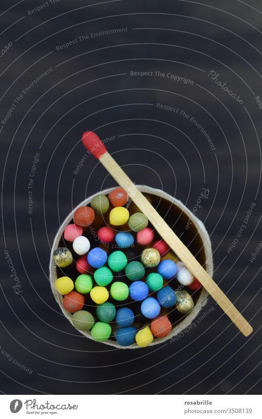 Streichhölzer mit verschieden farbigen Köpfen schauen aus runder  Streichholzschachtelbox | Farbkombination anzünden Feuer Sammlung Freifläche bunt