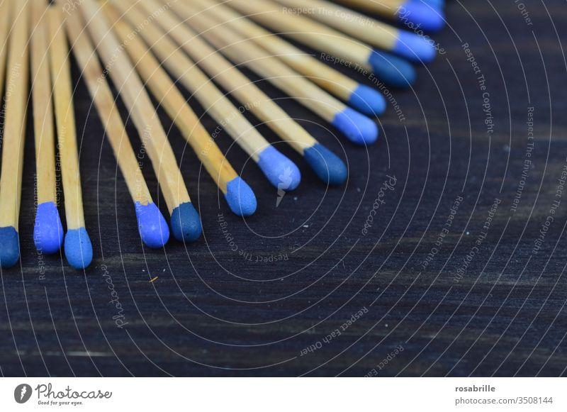 konform | Streichhölzer mit unterschiedlich blauen Köpfen auf schwarzem Untergrund Streichholz anzünden Feuer Sammlung Muster Freifläche nebeneinander