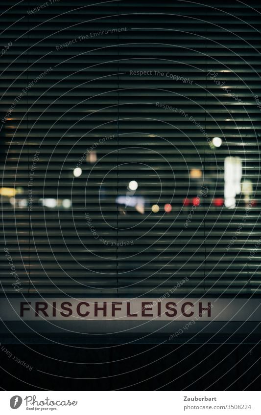 Frischfleisch - Schriftzug an Ladenfenster mit Lamellen bei Nacht mit gespiegelten Lichtern Schaufenster bunt Fleisch Tiernahrung einkaufen dunkel Wort Metzger