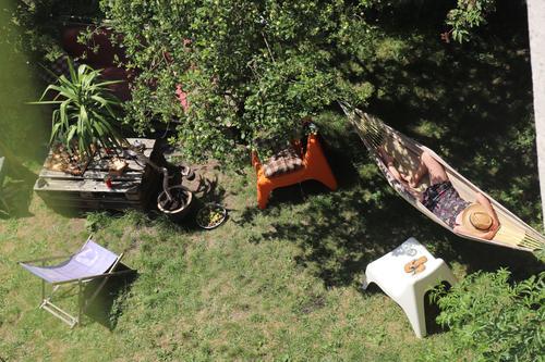 Garten mit Blick von oben auf Hängematte, Sonnenstuhl, Frau und Palme gartenglück Gartenstuhl Gartenmöbel Gartenbau Oase Lebensglück Lebensfreude Pause
