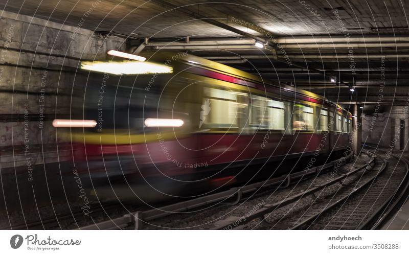 Berliner Tunnelsysteme für die Infrastruktur des öffentlichen Verkehrs abstrakt Architektur Ankunft Hintergrund Unschärfe verschwommen Business Großstadt