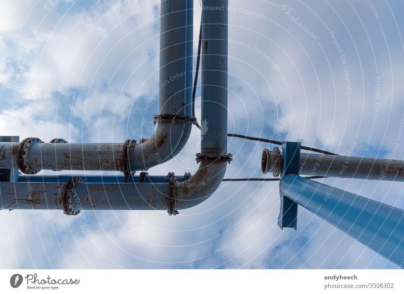 Wasserrohrsystem auf einer Baustelle mit Himmel im Hintergrund bügeln bauen Business kreisen Anschluss Konstruktion Düker Abfluss Kanal Maschinenbau Gerät