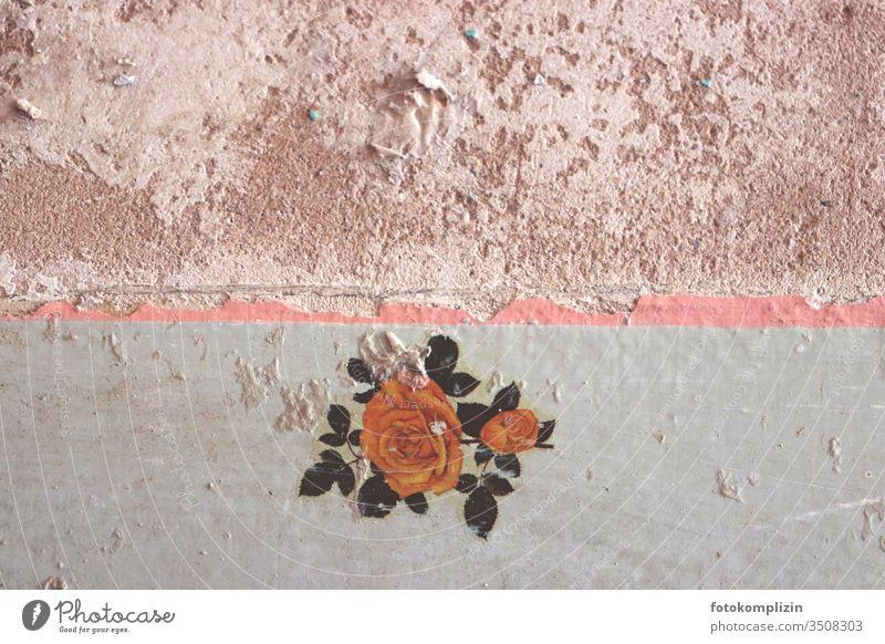 Vintage Wandmalerei mit Rose Wandmalereien wandmalerei Rosenblüte Malerei Wanddekoration Renovieren tapetenreste Tapetenwechsel Tapetenmuster mauerwerk