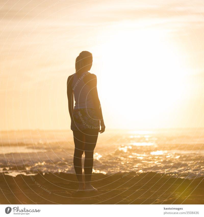 Frau am Sandstrand beim Sonnenuntergang. Person schön außerhalb Mädchen Silhouette Natur Sommer Lifestyle Ansicht Erwachsener Meer Sonnenschein Freizeit
