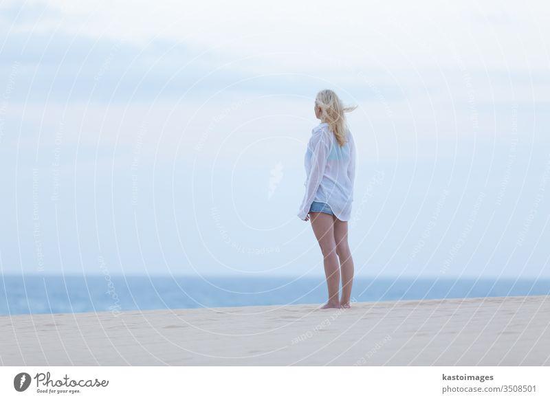 Frau am Sandstrand in weißem Hemd in der Abenddämmerung. Sommer Strand sinnlich Gesundheit Mädchen sexy MEER Meer Körper Schönheit Dame Feiertag Wasser reisen