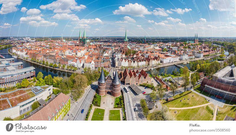 Panorama der kompletten Lübecker Altstadt Luftaufnahme altstadt hansestadt großstadt trave holstentor sehenswürdigkeit schleswig-holstein deutschland europa