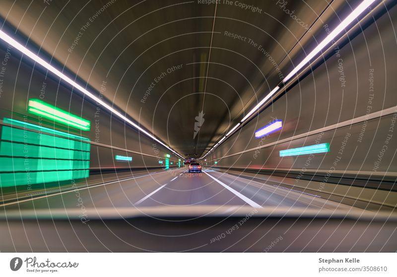 Auto fährt schnell durch den Innentunnel und folgt einem anderen Auto. Hintergrund PKW Grunge abstrakt Muster Kunst Stollen Straße Zoom reisen Autobahn Fahrzeug