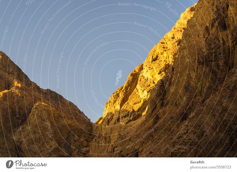 Hohe Berge gegen den blauen Himmel in Ägypten Dahab Süd-Sinai Hintergrund Blauer Himmel hell Farbe Kontrast Tag exotisch Höhe hoch Hochgebirge hohe Felsen