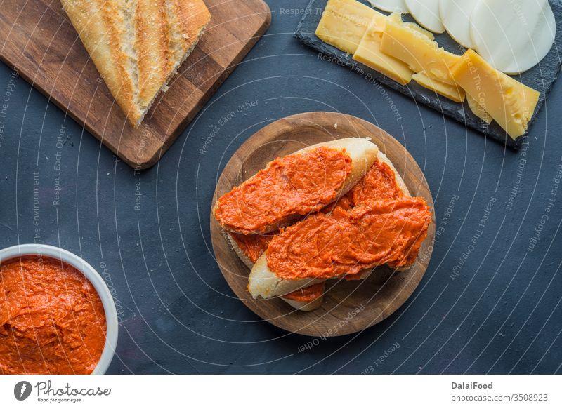 Sobrasada isolierte typische Lebensmittel in Mallorca-Spanien Appetit & Hunger Amuse-Gueule Baguette Brot Frühstück Appetithäppchen Käse Nahaufnahme Küche