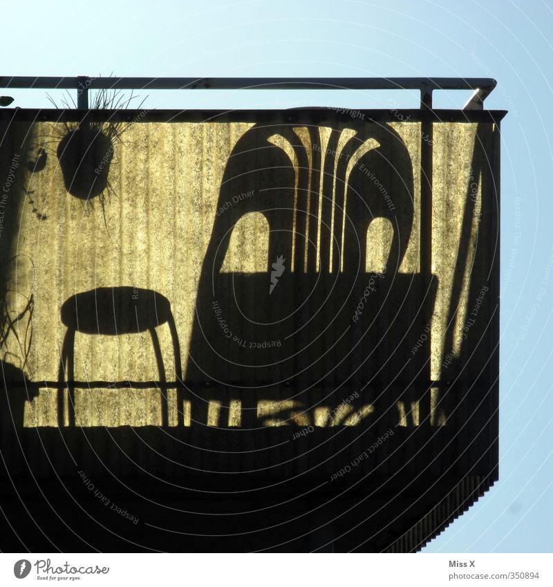 Balkonien Ferien & Urlaub & Reisen Sommer Sommerurlaub Sonne Sonnenbad Häusliches Leben Stuhl Tisch sitzen hell Gartenstuhl gemütlich Wohnung Farbfoto