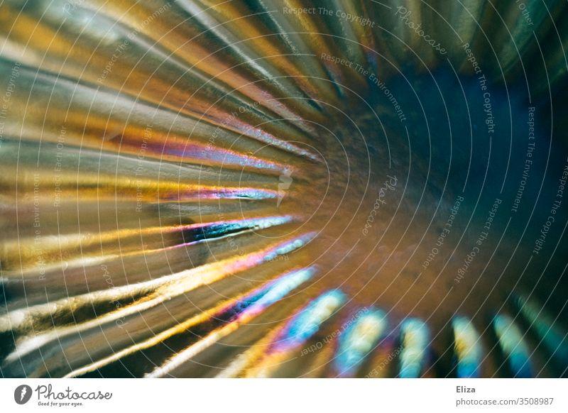 In Regenbogenfarben schimmerndes Glas regenbogenfarben spektral Lichtbrechung Prisma Strahlen strahlenförmig Hintergrund Spektralfarbe schön abstrakt