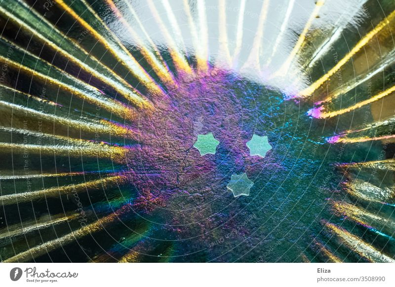 Drei kleine Sterne auf schillerndem Glas in Regenbogenfarben regenbogen bunt drei Dekoration schimmern lila Weihnachten hübsch glänzend dekorativ