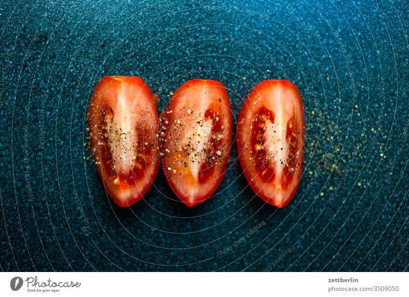 Tomate, geschnitten ernährung essen frucht gemüse gewürz kochen nahrung pfeffer pobst salz teil tisch tomate viertel zerteilt zubereitung frisch gesund