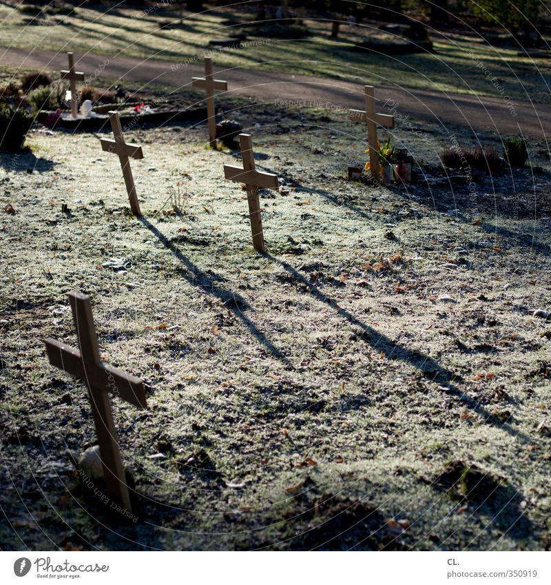 ruhestätte Erde Gras Traurigkeit ruhig Trauer Tod Schmerz Ende Frieden Religion & Glaube Vergänglichkeit verlieren Friedhof Christliches Kreuz Beerdigung Grab