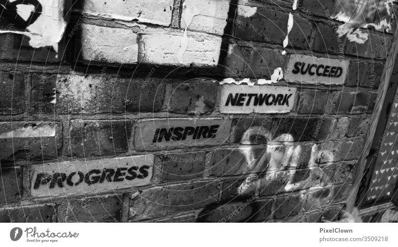 Graffities an der Wand zur digitalen Welt Außenaufnahme Subkultur Straßenkunst digitales Büro Arbeitswelt Jugendkultur Schriftzeichen