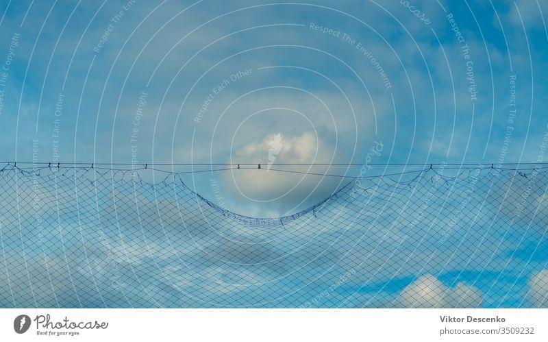 Wolke am blauen Himmel nahe der Gitterbarriere Hintergrund Design abstrakt Silhouette Borte Muster Sport Fußball Textur Natur Konstruktion Sicherheit