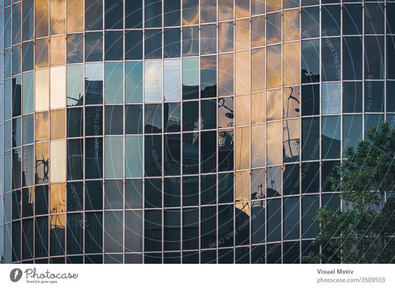 Das Nachmittagslicht spiegelt sich auf der gebogenen Glasfassade eines Bürogebäudes abstrakt abstrakter Hintergrund abstrakte Fotografie architektonisch