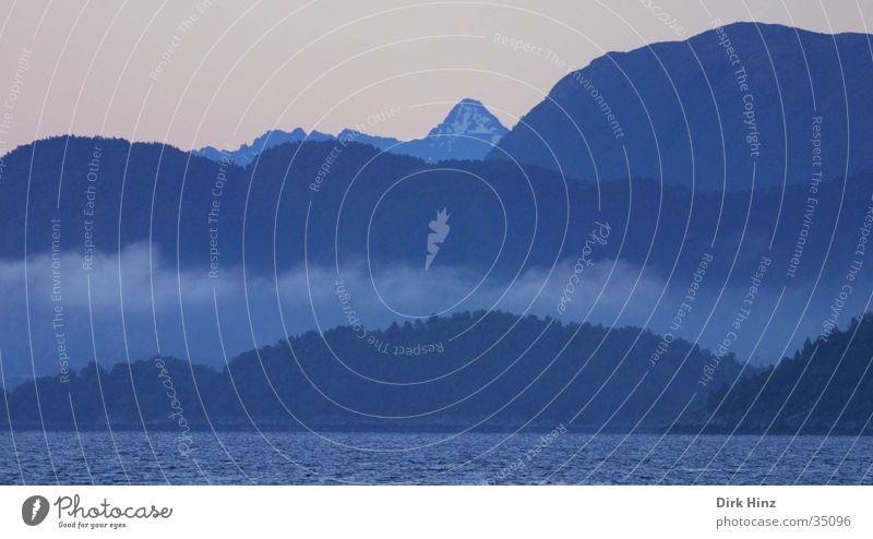 Morgendämmerung in Norwegen Natur Ferien & Urlaub & Reisen blau Wasser Meer Einsamkeit Landschaft ruhig Wolken Ferne Wald Umwelt Berge u. Gebirge Küste Wetter Nebel