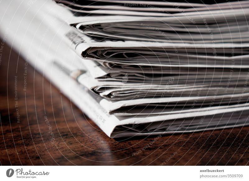 Stapel Zeitungen Nachrichten Tisch Presse Medien Schreibtisch Haufen Information Journalismus Business aktuell Ereignisse Recycling wiederverwerten lesen
