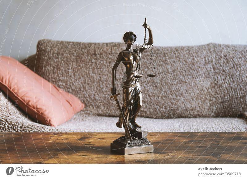 Justitia Statue auf Couchtisch im Wohnzimmer - Mietrecht Recht Gesetz Gerechtigkeit wohnen Wohnung Justiz Rechtsprechung Gesetzgebung Vermieter Mieter Tisch