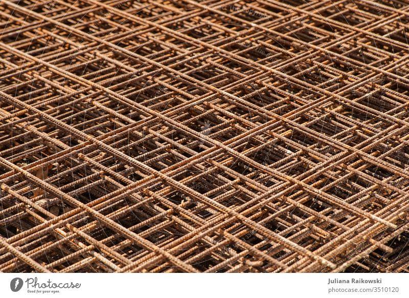 Gitter auf einer Baustelle Architektur Gebäude Bauwerk Außenaufnahme Mauer Stadt Wandel & Veränderung bauen Konstruktion Arbeit & Erwerbstätigkeit Menschenleer
