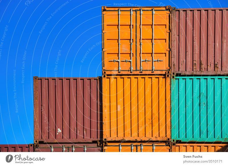 Mehrere Schiffs-Container vor einem blauen Hintergrund Schiffscontainer Fracht Verkehr Transport Güter Ladung Geschäft Industrie Hafen Export Dock Schifffahrt