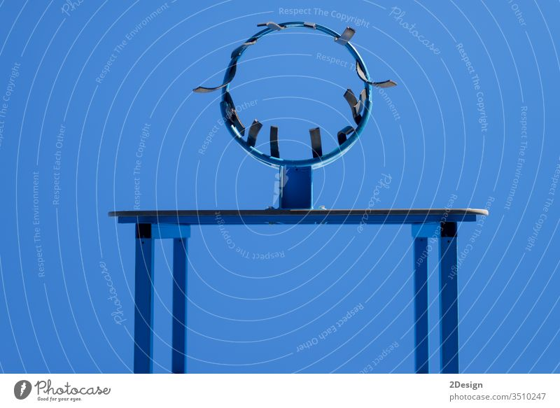 Niedrigwinkelansicht des Basketballkorbs gegen blauen Himmel Reifen Gericht Sport Netz Spiel Korb Fitnessstudio punkten hoch eintauchen Aktion Spaß Schuss
