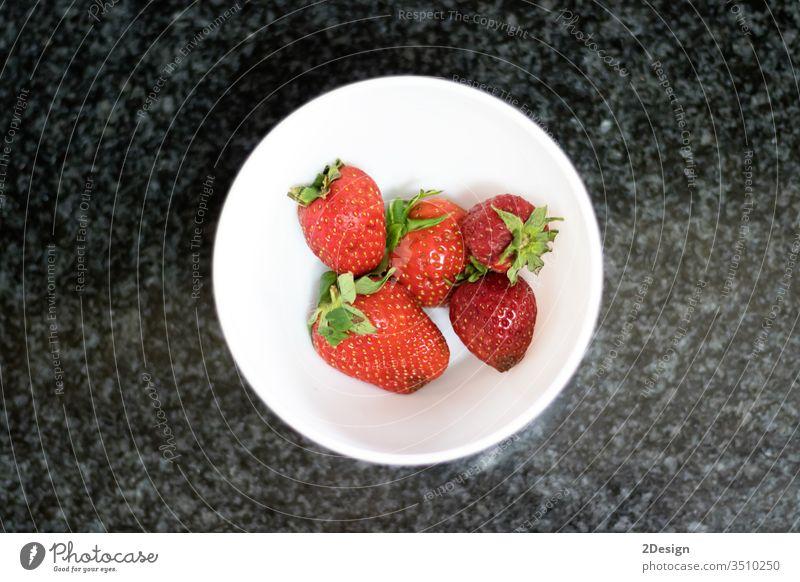 Draufsicht auf Erdbeeren über dunklem Marmor ländlich Nahaufnahme süß saftig Dessert Schalen & Schüsseln Licht weiß dunkel Murmel Vegetarismus frisch