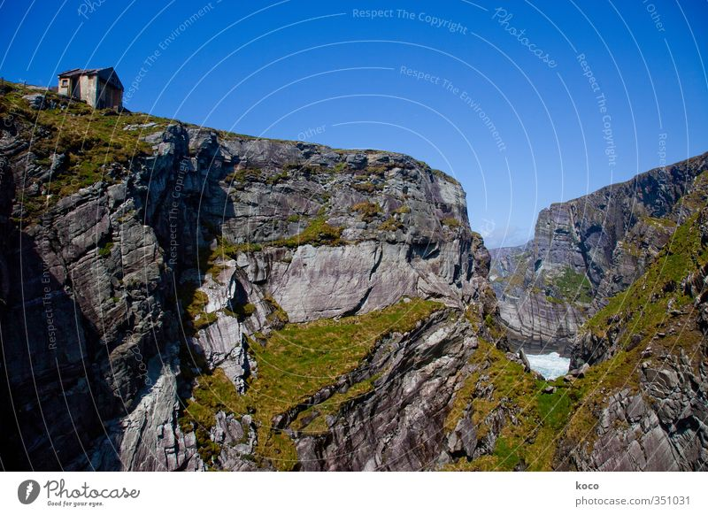 Auf Stein gebaut. Himmel Natur blau alt grün Wasser Sommer Meer Einsamkeit Landschaft Haus Umwelt Berge u. Gebirge grau Felsen