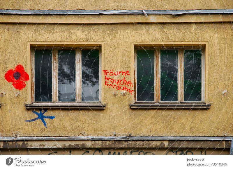 Nur Fassade, Träume brauchen Freiräume Stadthaus Fenster Wort einzigartig Stimmung Stil Vergänglichkeit Kreativität Stadtzentrum Subkultur Zahn der Zeit