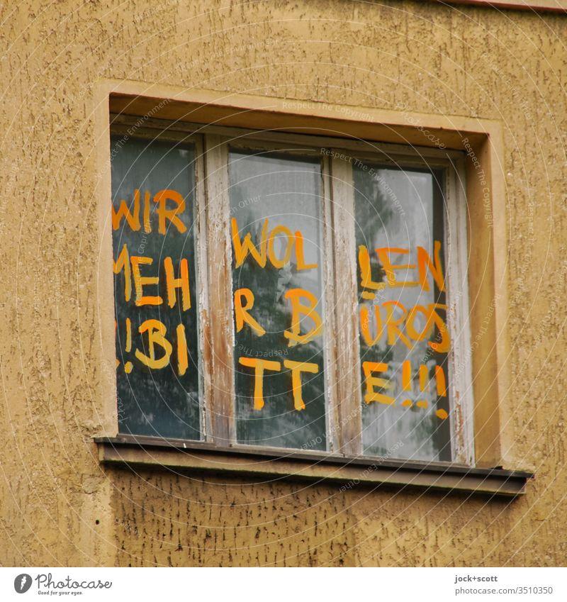 Wir wollen mehr Büros!! Bitte!!! Fassade Fenster oben Vergänglichkeit Kreativität Subkultur Zahn der Zeit Straßenkunst Tatkraft Optimismus Protest