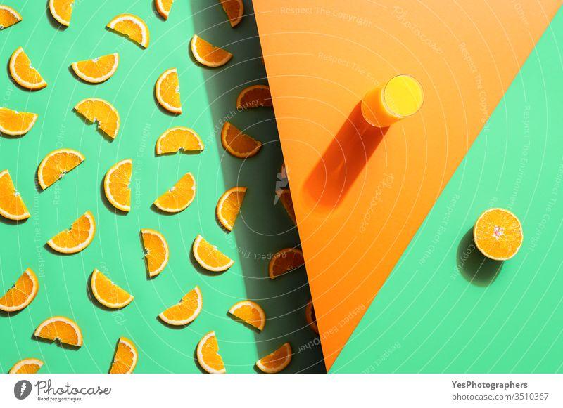 Orangensaftglas und Orangenscheiben auf duotonem Hintergrund. Sommer-Getränk zweifarbig Zitrusfrüchte Cocktail farbenfroh Konzentration entgiftendes Getränk