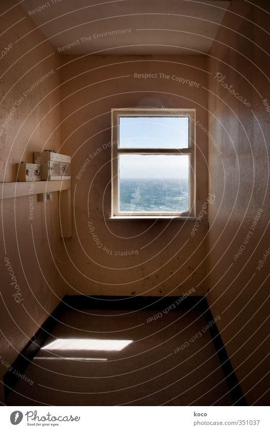 Zimmer mit Meerblick Himmel blau alt Wasser weiß Sommer Sonne Haus Fenster Wand Mauer träumen braun Raum Glas Beton