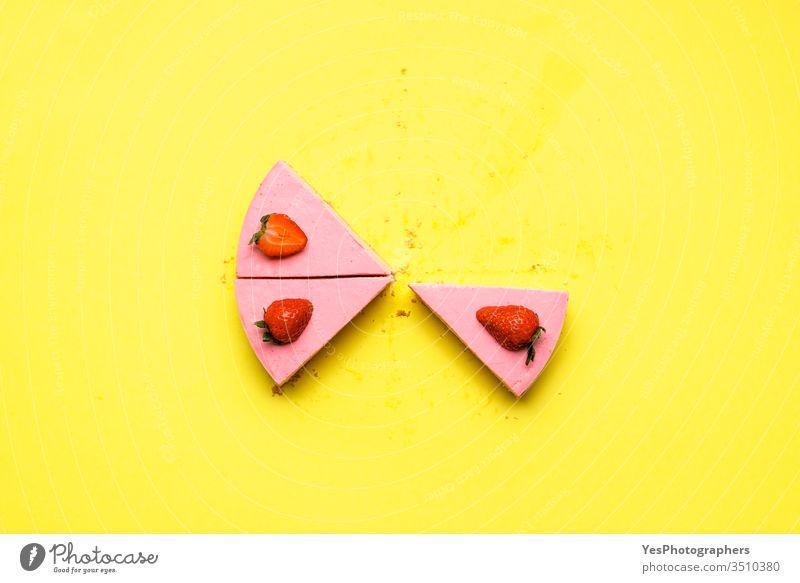 Erdbeerkäsekuchen verbleibende Scheiben. Nicht gebackene Erdbeerkuchenstücke obere Ansicht Bäckerei Kuchen Käsekuchen farbenfroh cremig lecker Dessert geteilt