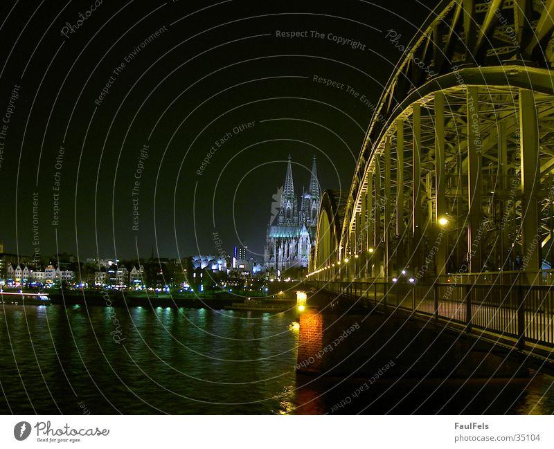 Köln bei Nacht Panorama (Aussicht) Hohenzollernbrücke Berliner Philharmonie Europa Brücke Dom Eisenbahn groß
