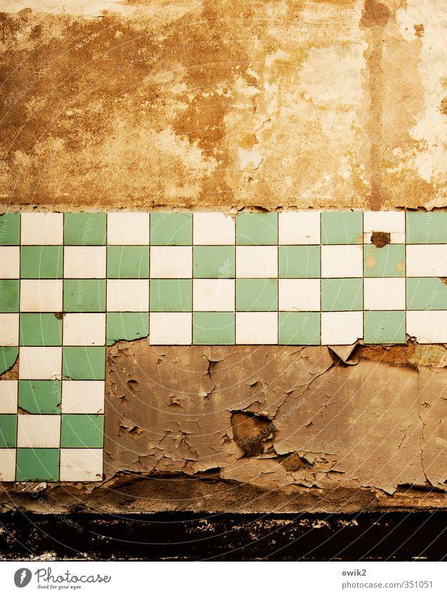 Deko 2 | Badezimmer alt grün Wand Mauer orange kaputt Fliesen u. Kacheln Verfall eckig
