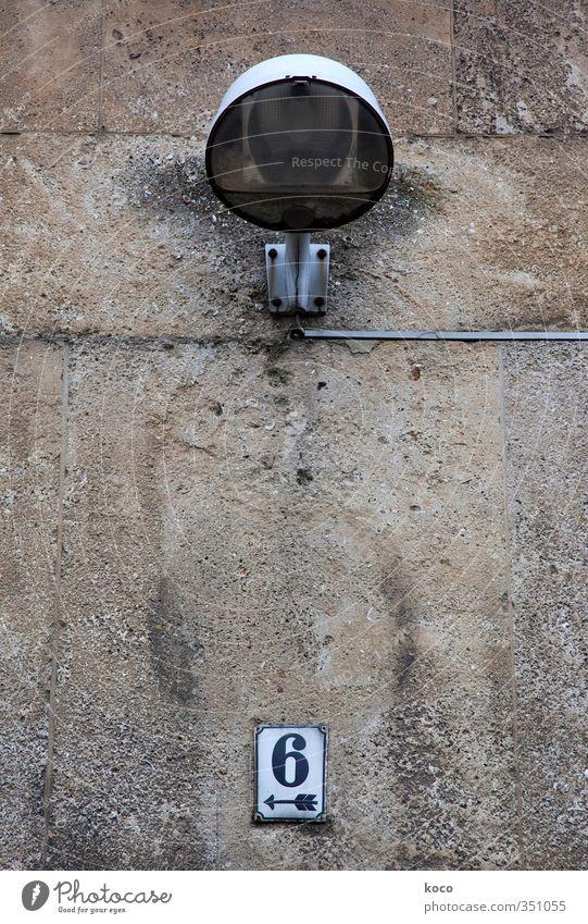 <–– 6 alt weiß schwarz Haus Wand Mauer grau Stein Lampe Metall braun Fassade Glas Schilder & Markierungen leuchten trist