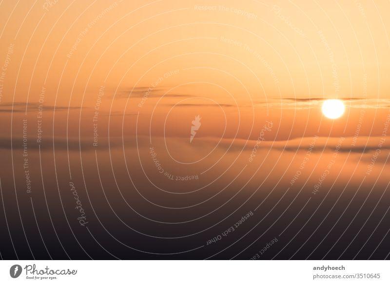 Die Sonne steht knapp über den Wolken oben Hintergrund Hintergründe schön Schönheit Schönheit in der Natur hell kreisen Cloud Farbe Textfreiraum Morgendämmerung