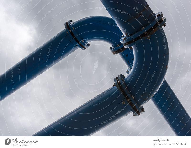 Zwei Wasserleitungen überlappen sich unter dem Himmel abstrakt Architektur Kunst Hintergrund blau Cloud wolkig verbunden verbindend Anschluss Konstruktion