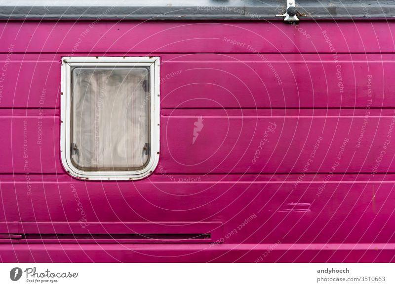 Ein Fenster in einem violetten alten Wohnwagen alternativ auf der ganzen Welt Hintergrund Hintergründe Lager Camping Campingplatz zugeklappt Farbe farbig